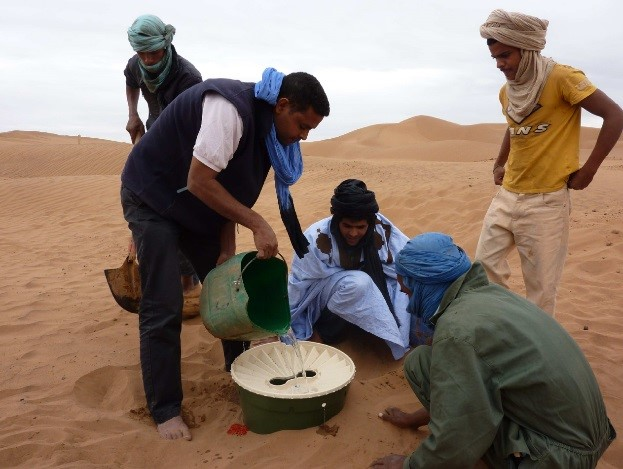 The Waterboxx plant cocoon makes it possible to plant trees and shrubs in the Sahara desert in Morocco