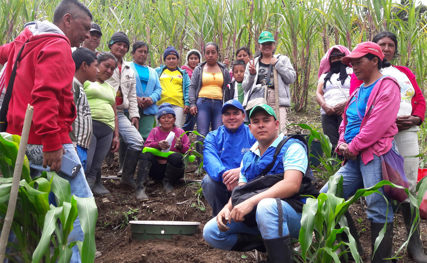 20180222 2 People of Gabrielas with their first planted Waterboxx plant cocoon for the World Food Programme Innovation Accelerator Zero Hunger by 2030 project S