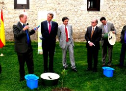 Toasting on the success of the Spanish experiments with the Groasis Waterboxx plantcocoon®
