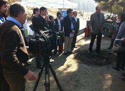 Pieter Hoff explains Chilean viewers about the Groasis Waterboxx plantcocoon®